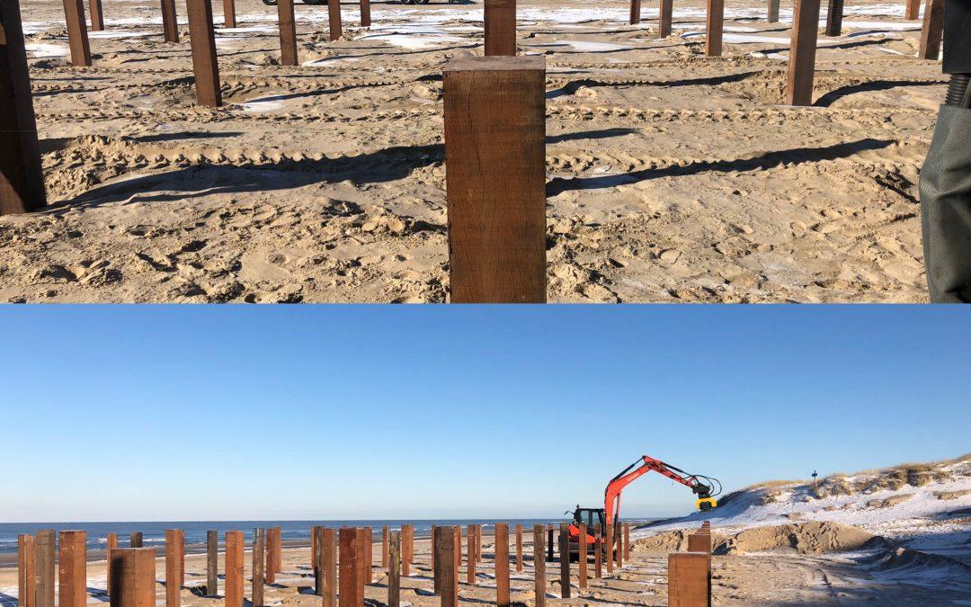 Funderingpalen spuiten voor strandpaviljoens